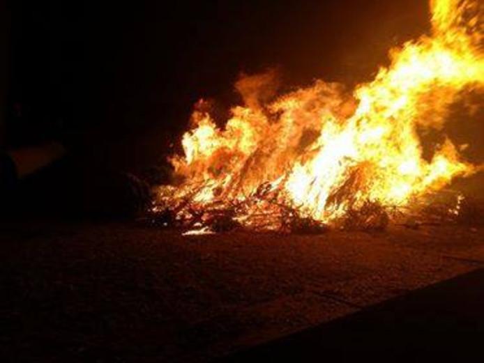 Kerstboomverbranding bij Thialf in Arnhem.