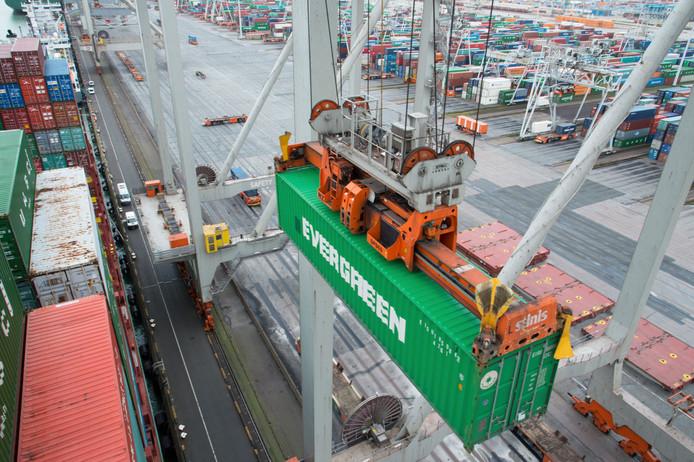 Grote aantallen containers uit China worden gelost in de haven van Rotterdam.