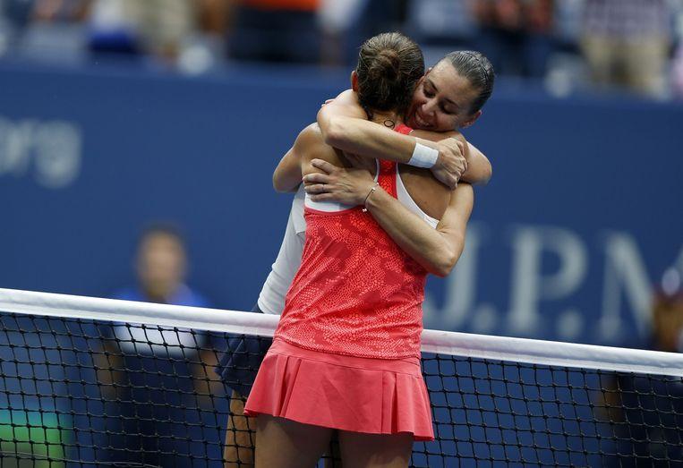 De twee vriendinnen omhelzen elkaar innig nadat Pennetta het matchpoint heeft gewonnen. Beeld anp