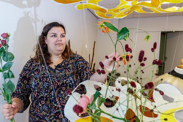 Bloemiste Marla Hoorn bezig met de voorbereidingen voor haar hangende object.