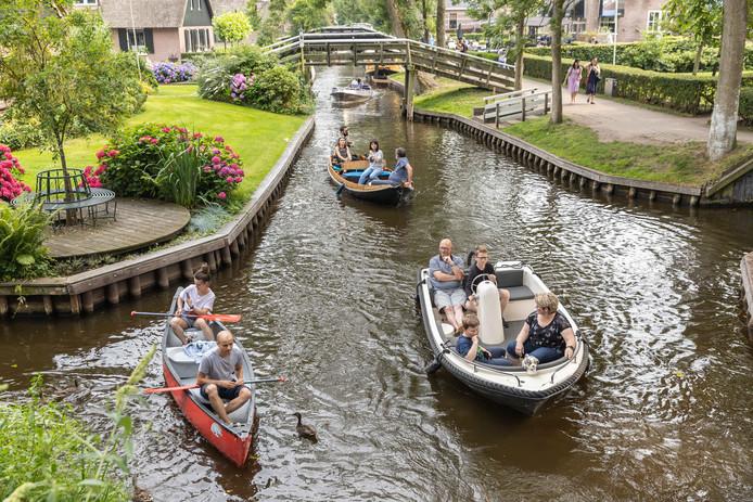 Sllegaartje aan bootjes in Giethoorn, zowel legaal als illegaal.
