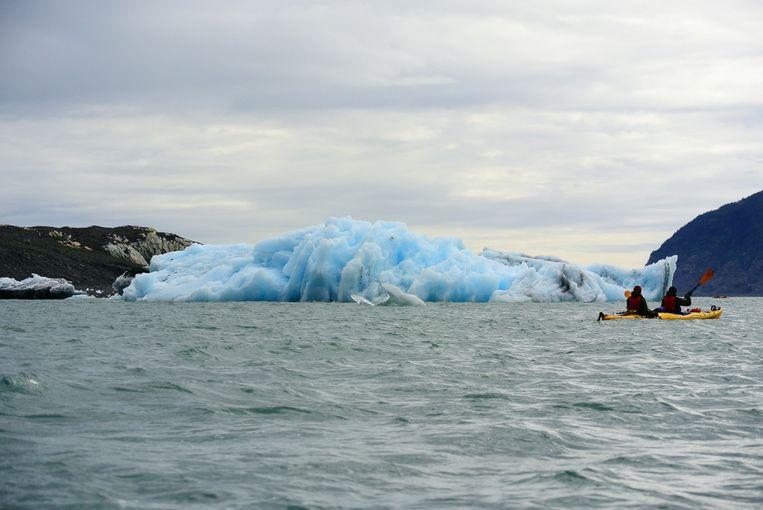Een kano op Valdez Glacier Lake.