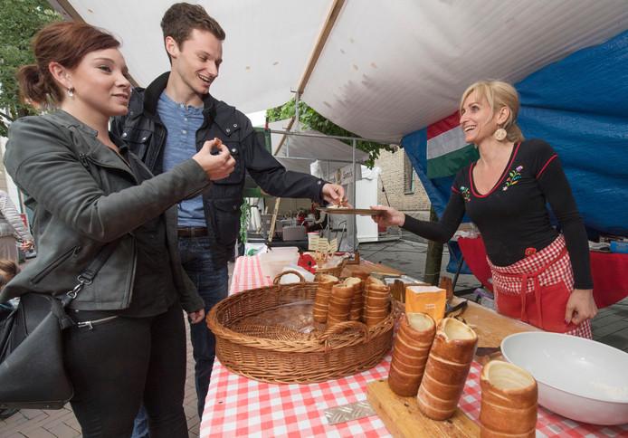 Bezoekers proeven schoorsteenkoek, een Hongaarse specialiteit,