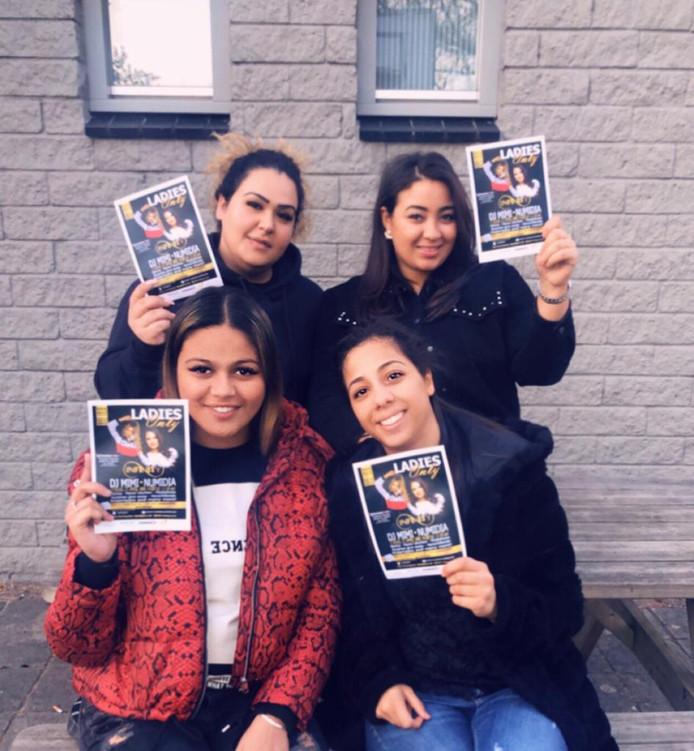 De vaste kern van de meidengroep van jongerencentrum 4West