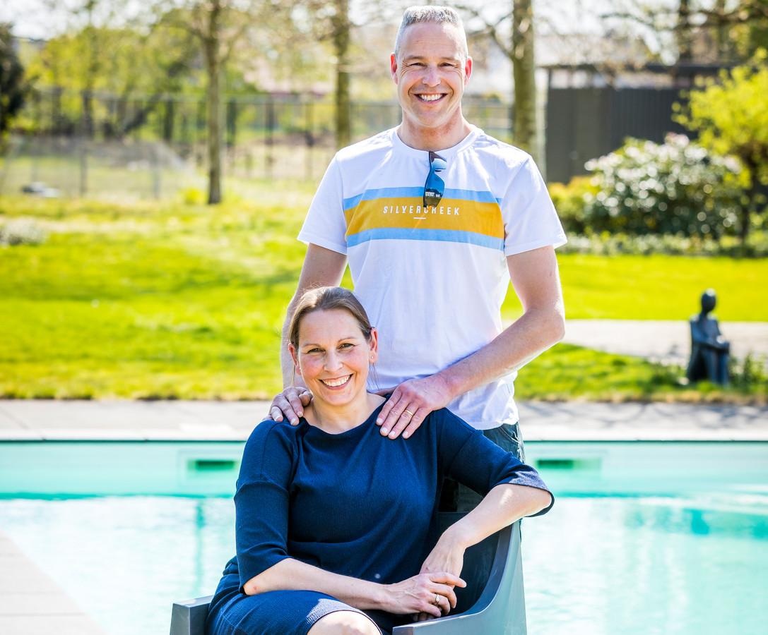 Renate en Jan-Willem bij hun zwembad.