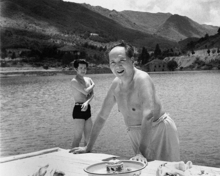 Mao gaat zwemmen in een stuwmeer in de Zuid-Chinese provincie Jiangxi, 1961. Beeld Lü Houmin/China Photo Press/Getty Images