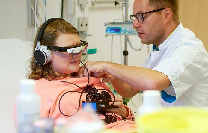 In Bernhoven kunnen jonge patiënten een videobril op krijgen om hen af te leiden van vervelende onderzoeken of behandelingen.
