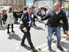 Nigel Farage aspergé de milkshake lors d'une visite à Newcastle