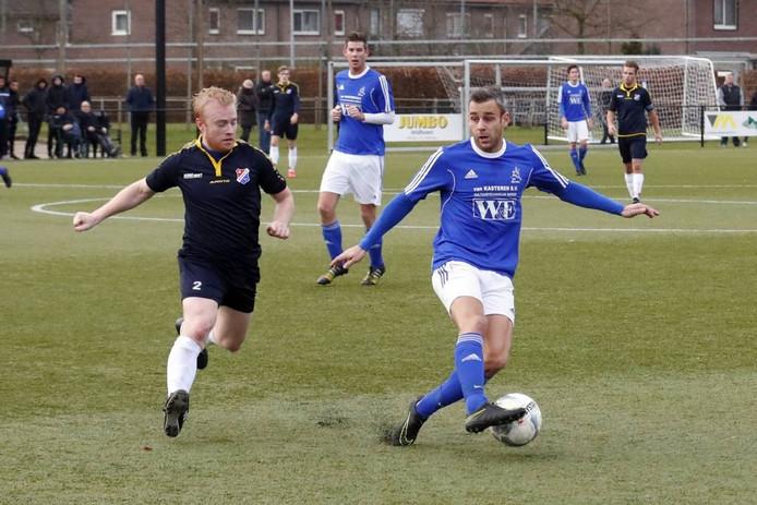 Rick van den Bogaard (r) van Marvilde controleert de bal met Bart Kruizinga van Brabantia achter zich.
