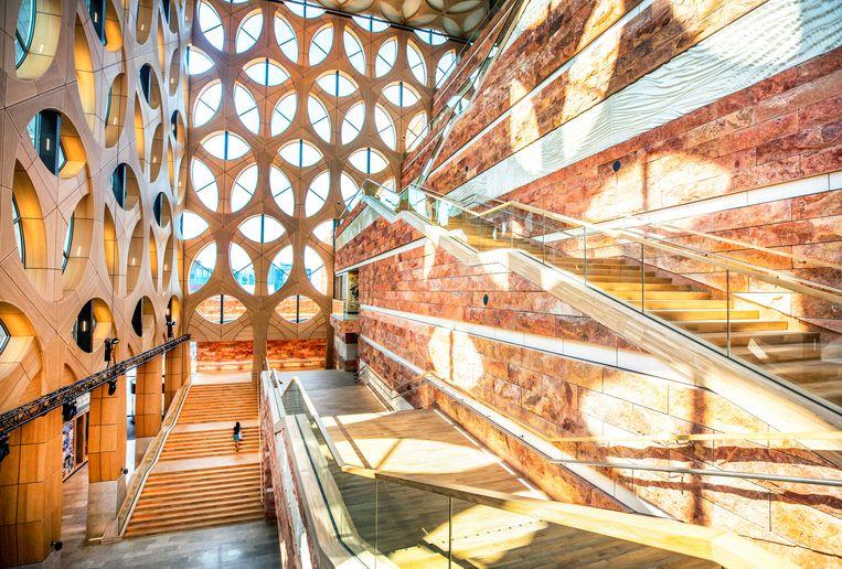 De zigzaggende trappartij voert de bezoeker langs de expositiezalen. Beeld Raymond Rutting/de Volkskrant