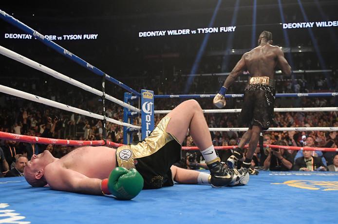 Tyson Fury ging twee keer neer tegen Deontay Wilder.