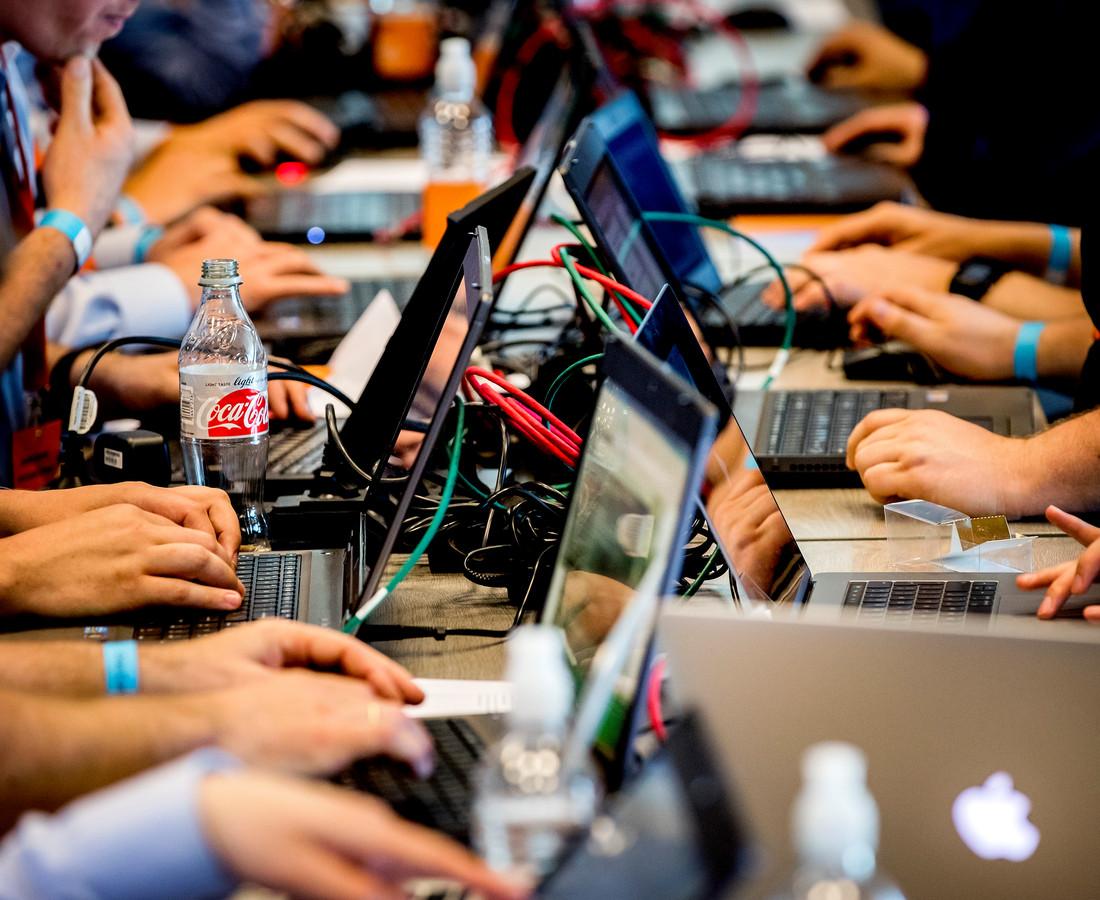 De nieuwe organisatie wil computerhackers, hier bijeen tijdens hackevenement Capture the Flag in Den Haag, een stap voor blijven.