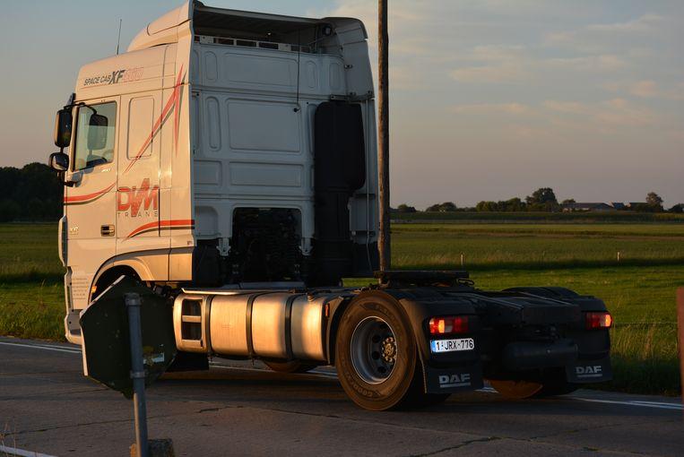 Het slachtoffer kwam onder deze truck terecht.