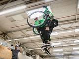 Kevin van Ekert uit Veldhoven vliegt met een salto door de lucht