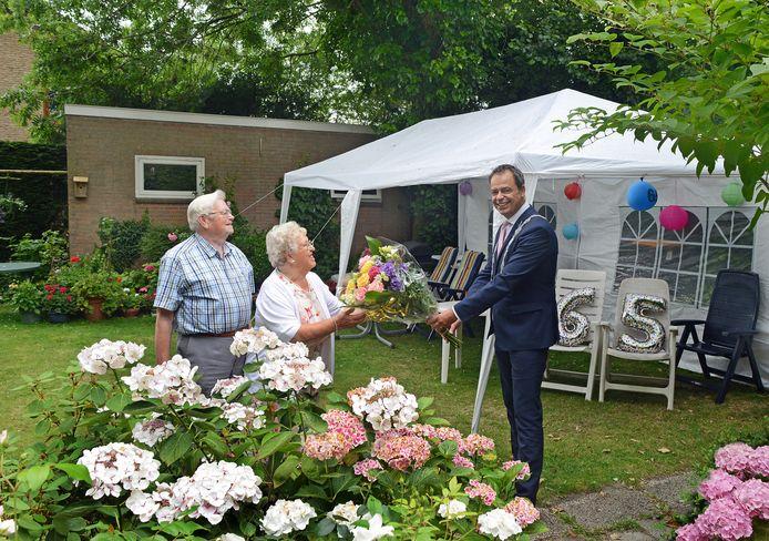Burgemeester Jack van der Hoek verhoogde de feestvreugde voor het 65-jarig echtpaar Klaas en Clasien Mandemaker-Penning extra met een boeket bloemen namens de gemeente.