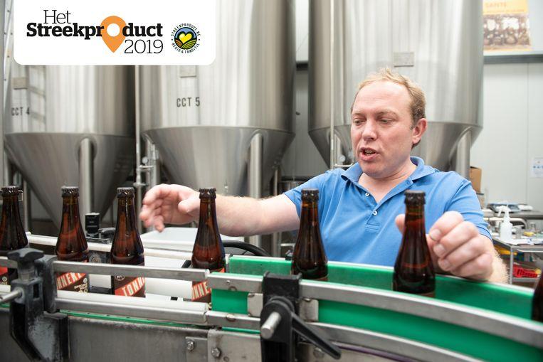 Frederik De Vrieze aan de productielijn van brouwerij Contreras.