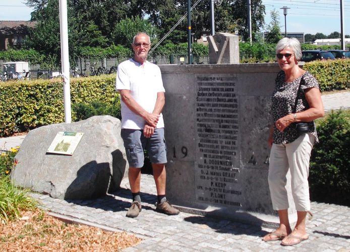 Liedy van Putten-Vijfhuize en haar echtgenoot Arie bij de twee monumenten van de Kersttrein van Wierden. Links de Luistersteen (Liberation Route Europe) en rechts het monument uit 1947.