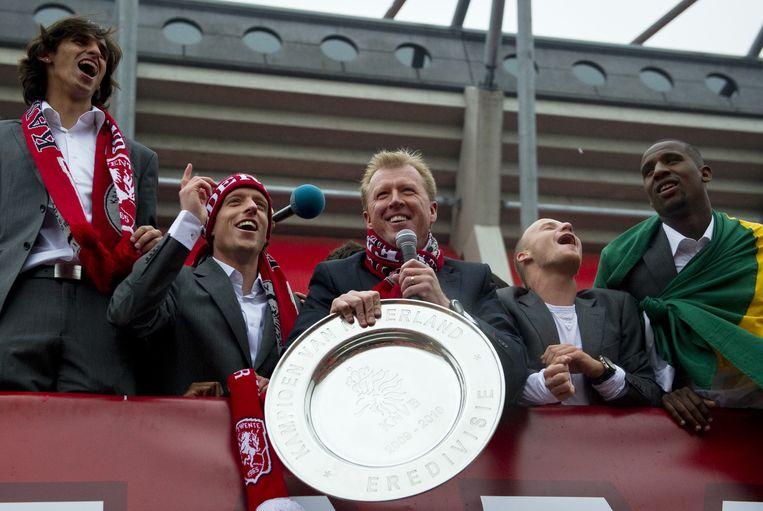 Trainer Steve MacClaren en zijn spelers tijdens de huldiging na het landskampioenschap in 2010. Beeld anp