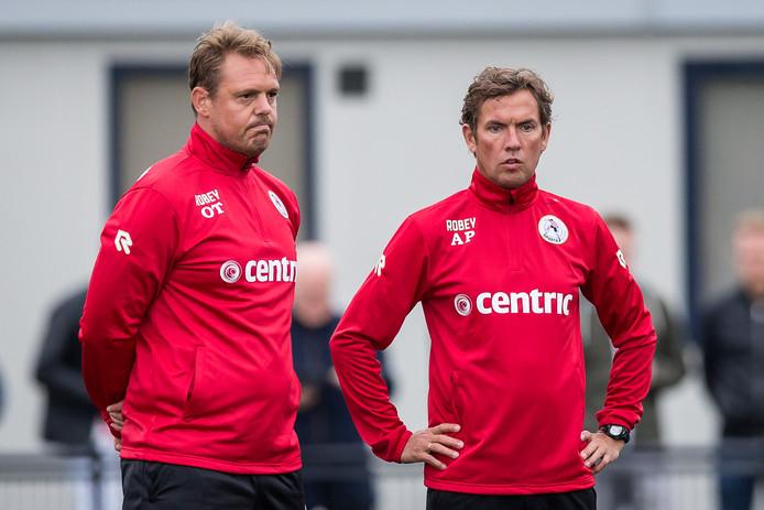Ole Tobiasen (l) in juli tijdens de voorbereiding op het nieuwe seizoen met de in december ontslagen trainer Alex Pastoor.