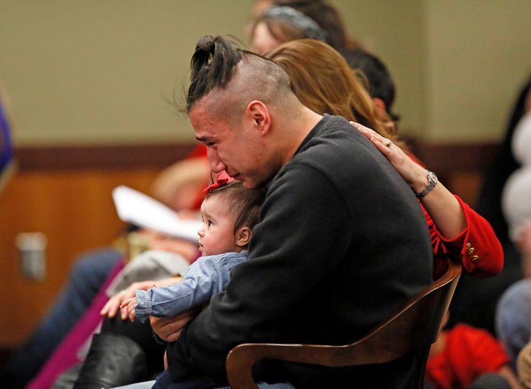 Ashton Matheny met dochtertje Haisley Jo op schoot, gisteren in een Amerikaanse rechtszaal. Hij heeft net te horen gekregen dat de moordenares van zijn vriendin levenslang krijgt.