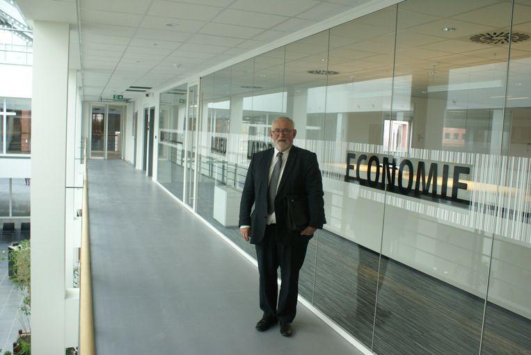 Burgemeester Jan Durnez (CD&V) bij de financiële dienst van het nieuwe stadhuis.