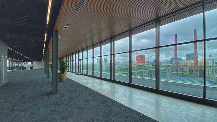 De bovenste verdieping van gebouw TQ op Strijp-T in Eindhoven; hier was vroeger de kantine voor Philips-personeel dat in het gebouw werkte. Kragt Groep heeft hiervoor het Melt-concept van gedeelde werkplekken uitgewerkt.