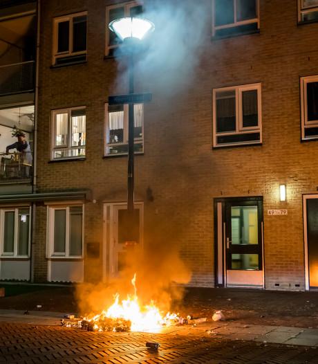 Jongeren steken plastic zakken aan in Oosterhout met vuurwerk