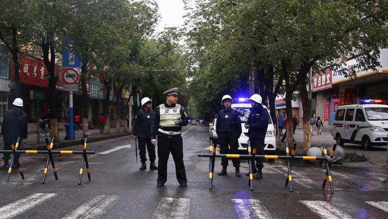 Politie blokkeert een straat in Urumqi. Beeld reuters