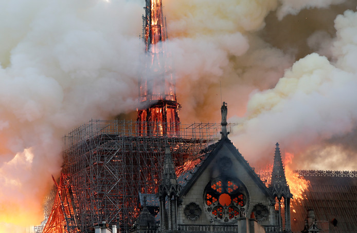 De torenspits van het bouwwerk is gesneuveld.