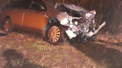 Auto crasht tegen truck en belandt in berm