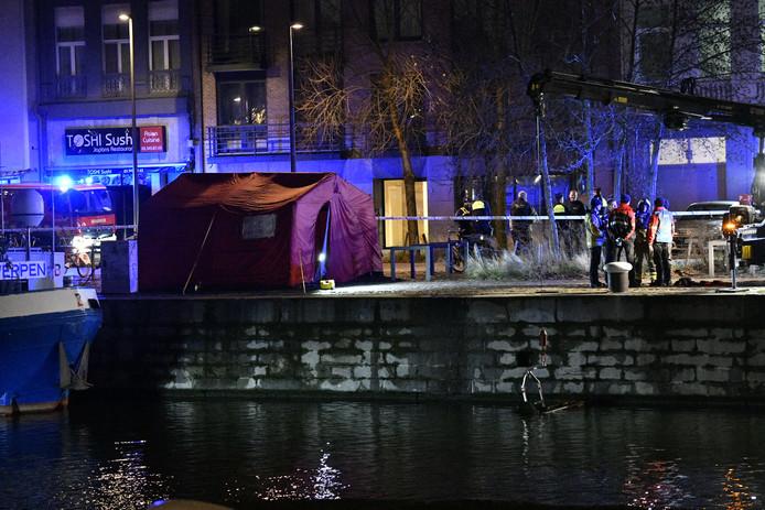 Le corps n'est pas resté longtemps dans l'eau d'après les premières constatations, mais les circonstances exactes du décès font toujours l'objet d'une enquête.