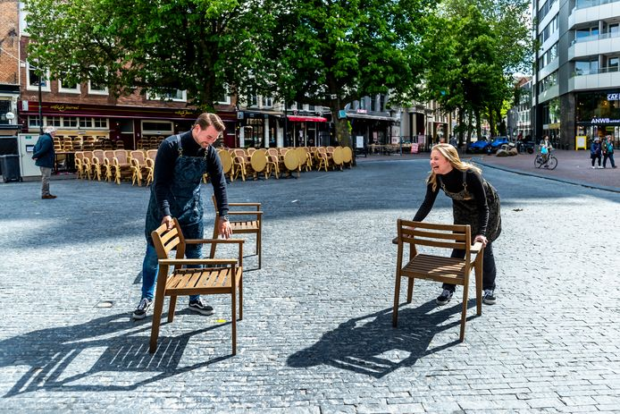 Bedrijfsleider Sven Jansen(27) en medewerkster Dian Sabee(23) van restaurant JackRabbit in actie op de Neude.