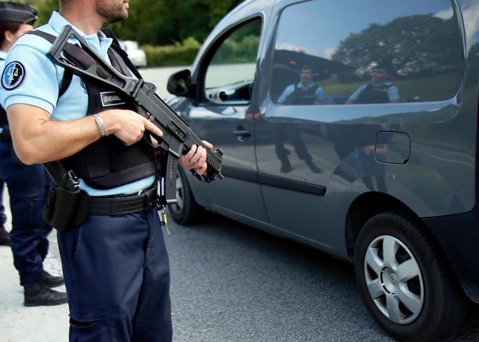 Zwaar bewapende Franse politieagenten bij de de Franse grensplaats Dantcharia.