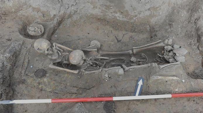 Opgraving in Oldenzaal waar Raphaël Panhuysen bij was betrokken. In het graf liggen vier personen onder wie kinderen, vermoedelijk slachtoffers van de pest.
