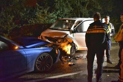 Inzittende moet naar ziekenhuis na aanrijding met twee auto's in Bavel