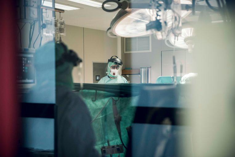 Dokter Yilmaz en zijn team opereert patient aan het hart.