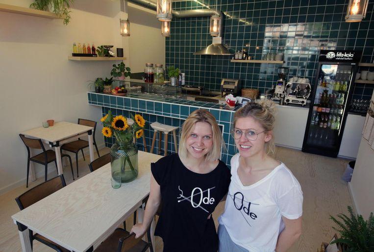 De zussen Free en Eef Vanhoutte in hun bagelsalon Ode op de Grote Kring.
