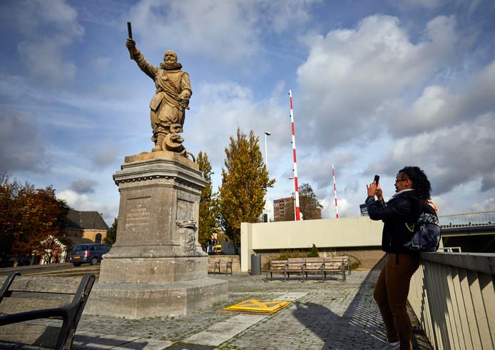 Bij het standbeeld van Piet Hein komt een verklarend bordje, over zijn goede en foute geschiedenis.