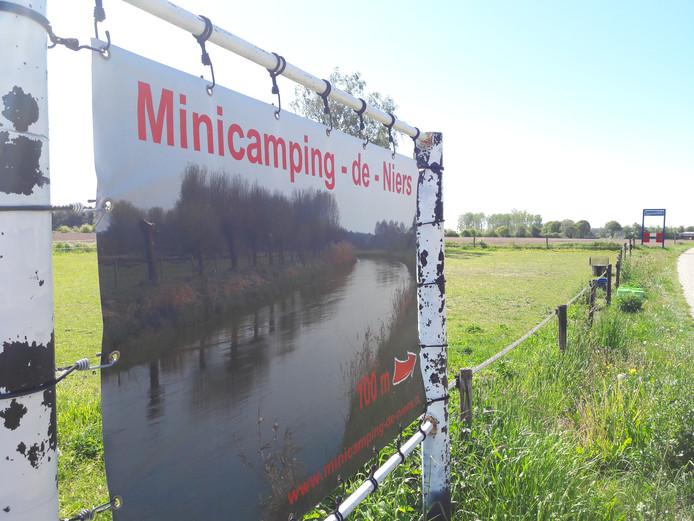Het reclamebord dat de weg wijst naar mini-camping De Niers in Ven-Zelderheide moet verdwijnen. Daarvoor in de plaats komt een gemeentelijk toeristisch verwijsbord.