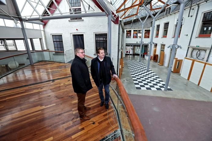 Wethouder Patrick van der Velden (links) en John Rombouts bekijken de enorme ruimte van bovenaf.