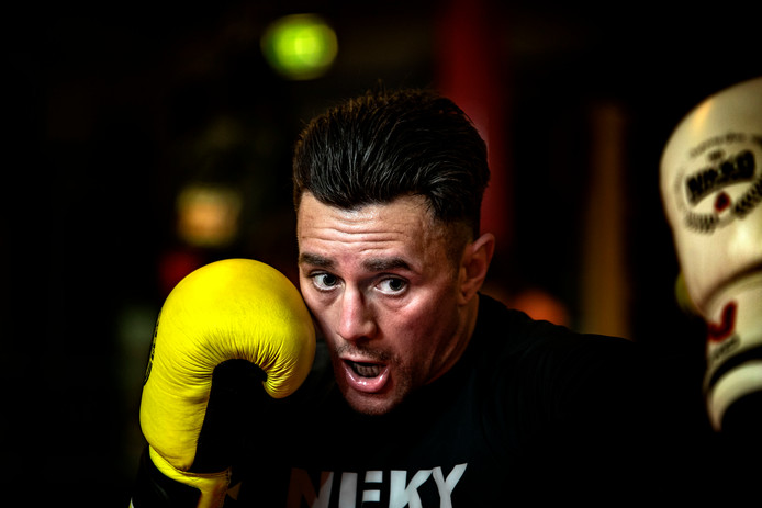 Nieky Holzken vecht op 17 mei voor de wereldtitel in Singapore.