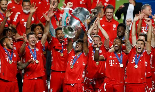 Kingsley Coman gooit de Champions League-beker in de lucht.