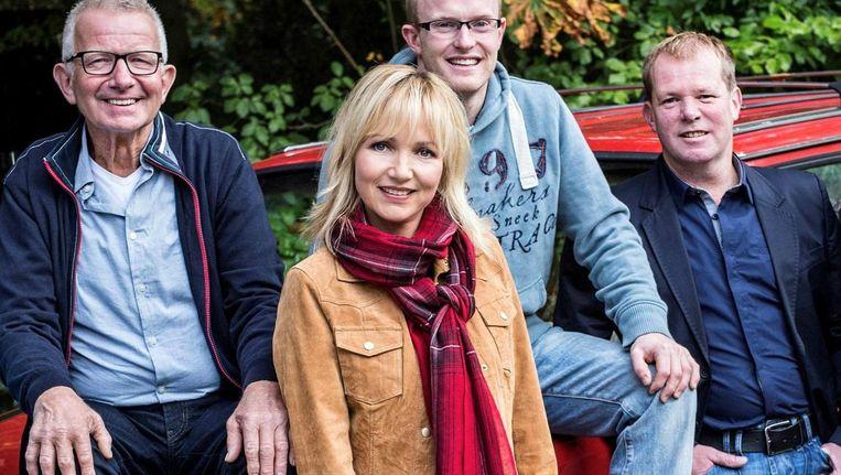Yvonne Jaspers en de boeren van Boer Zoekt Vrouw. Beeld KRO-NCRV