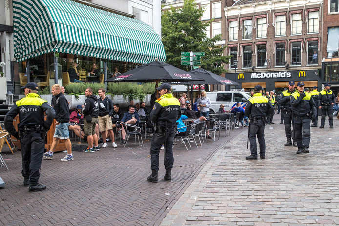 Door op te schalen wil de politie eventuele confrontaties tussen supporters van PEC en Ajax voorkomen. (Archieffoto)