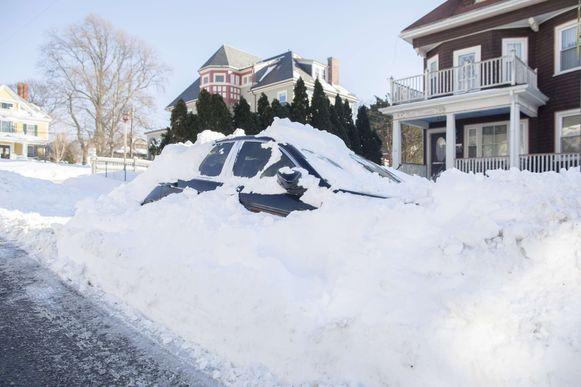 De bomcycloon trof ook Boston en liet auto's volledig ondersneeuwen.