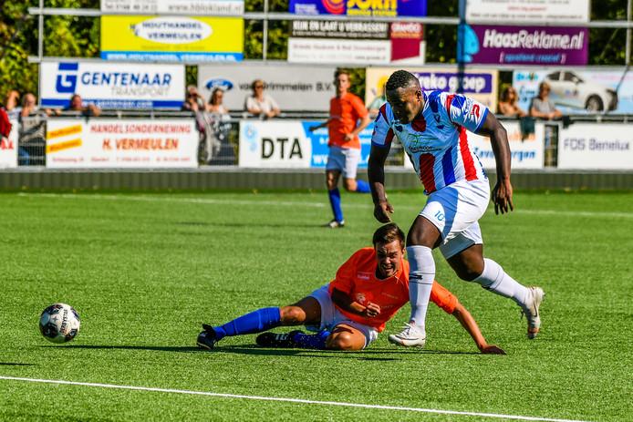 Loïc Luzolo zorgde voor het meest opmerkelijke moment van het amateurvoetbalweekend door een scheidsrechtersbal per ongeluk in het doel van Seolto te schieten.