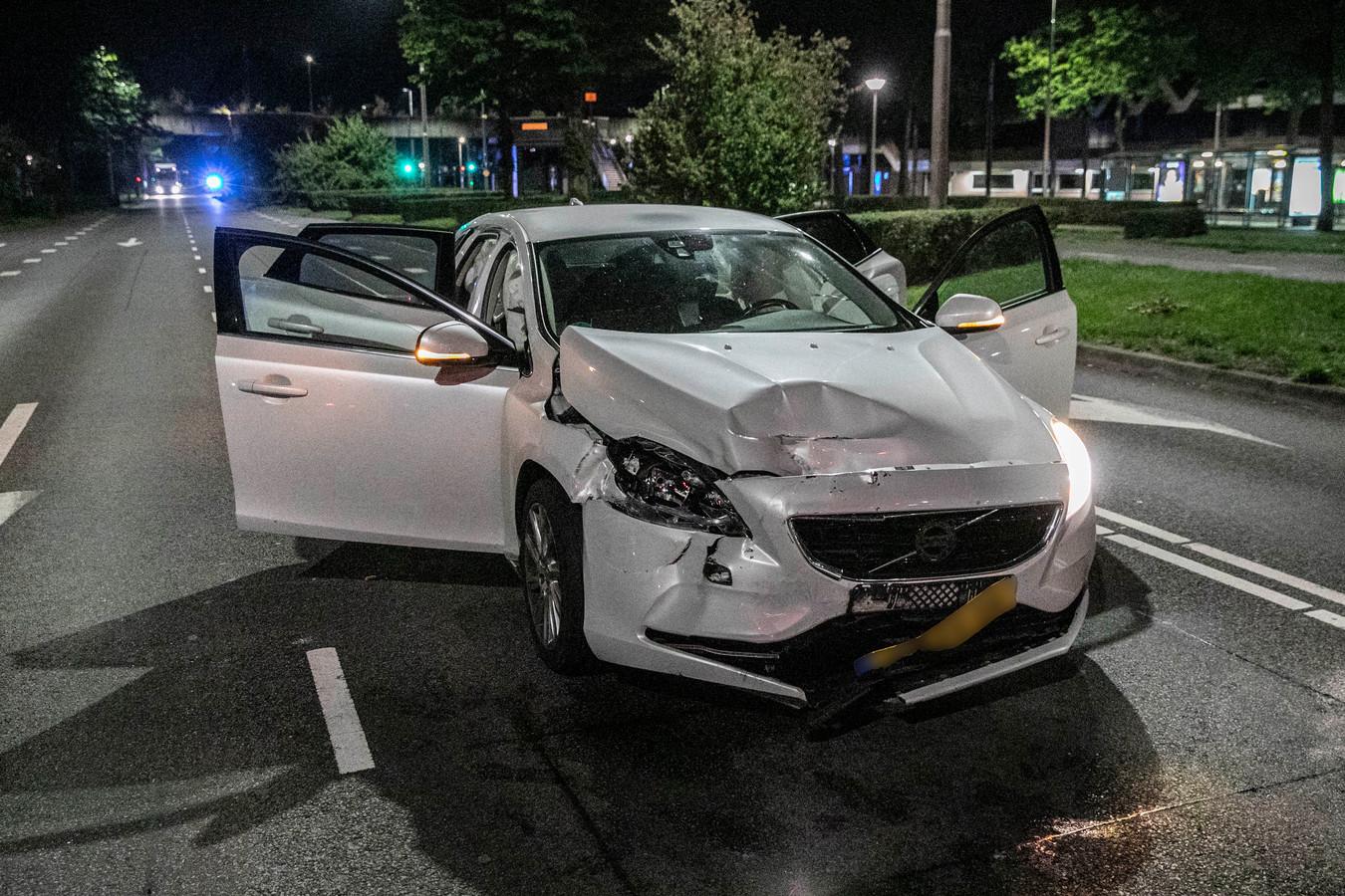 Het ongeluk gebeurde op de Burgemeester Matsersingel in Arnhem, bij het blauwe zwaailicht linksboven op de video. De witte Volvo kwam 200 meter verderop tot stilstand.
