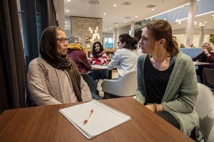 Elke donderdag trekt het Taalcafé in de bibliotheek in Waalre gemiddeld veertien mensen.