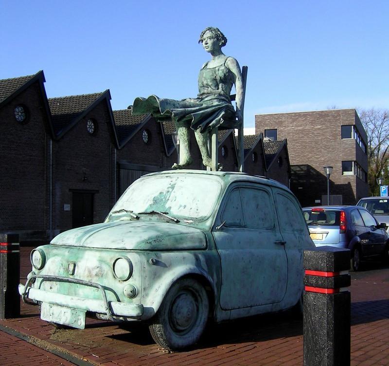 Hier staat Geldrops beroemdste autootje nog bij het Weverijmuseum. Nu is het geparkeerd op de gemeentewerf.