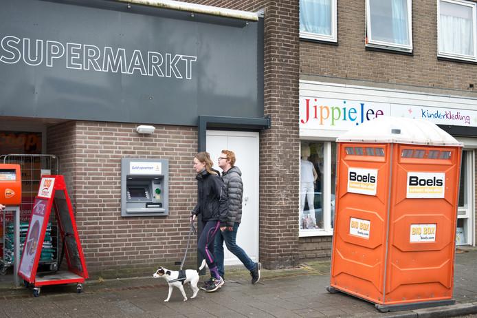 Bij geldautomaten van de Rabobank komen 's nachts beveiligers te staan. In Weurt is ook een dixi voor de bewaker neergezet.
